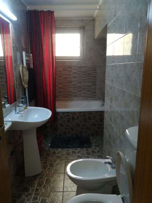 Inchiriez Apartment 4 camere decomandate Intre Lacuri