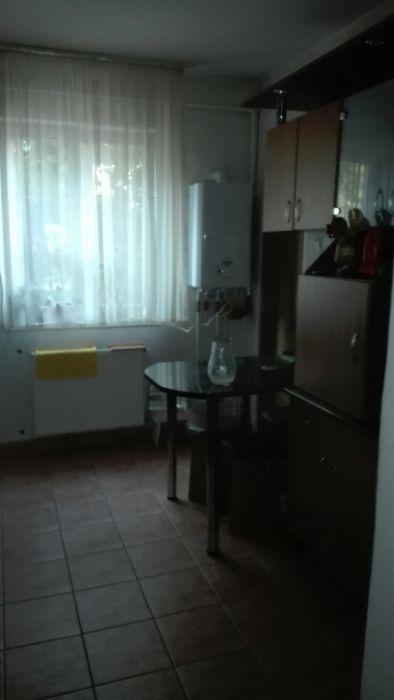 Vind apartament cu patru camere,dependinte,inclusiv boxa.garaj mare,