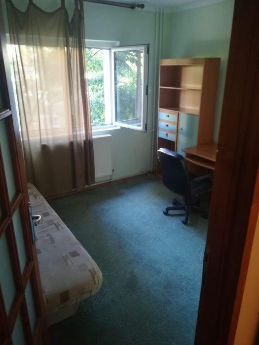Inchiriez apartament cu 4 camere decomandat