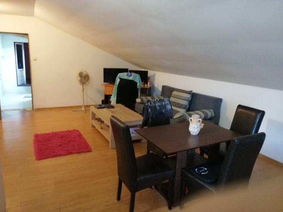 Inchiriez apartament in casa