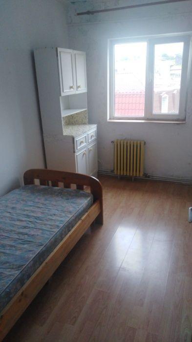 O camera în apartament cu 3 camere (doar fete?)