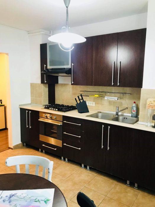 Ofer spre închiriere o camera intr-un apartament cu 2 camere (central)