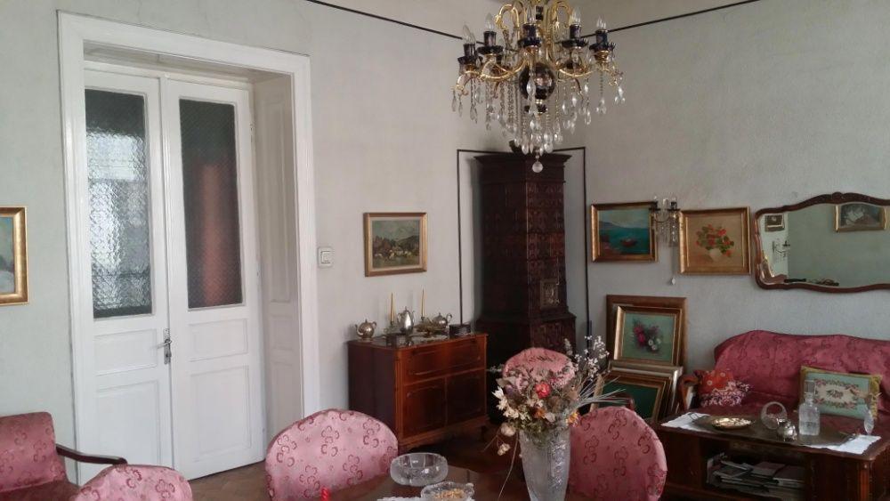 Apartament 3 camere, zona centrala, etaj 1.