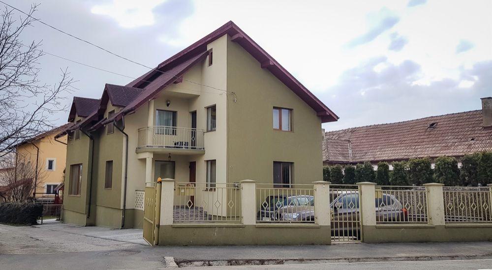 Casa cu 2 apartamente de vanzare